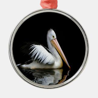 ペリカンの海鳥は暗闇の平和を楽しみます メタルオーナメント