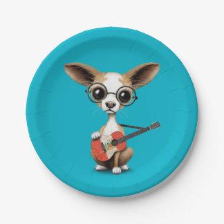 ペルーの旗のギターを演奏しているチワワの小犬 ペーパープレート