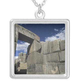 ペルー、CuzcoのSacsayhuamanの要塞、よい例 シルバープレートネックレス
