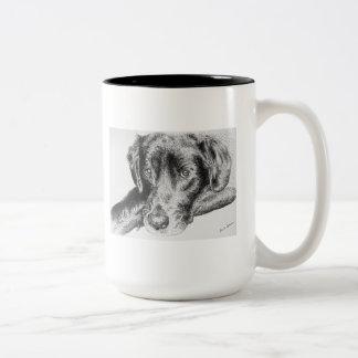 ペンとインクのスケッチからの黒いラブラドル・レトリーバー犬 ツートーンマグカップ