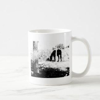 ペンとインクのFencepostの後ろの馬 コーヒーマグカップ