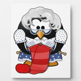 ペンギンの祖母の編み物のアニメーションの絵 フォトプラーク
