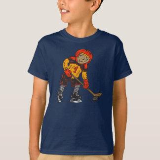 ホッケーを遊んでいる男の子 Tシャツ