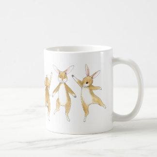 ホップの豊富なダンスのバニー コーヒーマグカップ