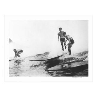 ホノルル、ハワイののサーファーのグループサーフィン ポストカード