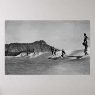 ホノルル、ハワイ- Waikikiのビーチを離れたサーファー ポスター