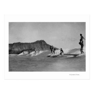 ホノルル、ハワイ- Waikikiのビーチを離れたサーファー ポストカード