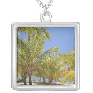ホンジュラスの白い砂のビーチのヤシの木 シルバープレートネックレス