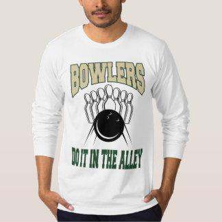 ボウリングをする人、クリケットの投手は細道のそれをします Tシャツ