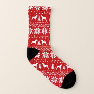 ボクサー犬は赤いクリスマスパターンのシルエットを描きます ソックス