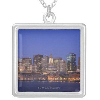 ボストン港およびスカイライン。  ボストンは9の1つです シルバープレートネックレス