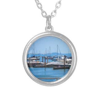 ボストン港のボートの帆sailBoats湖の意見 シルバープレートネックレス