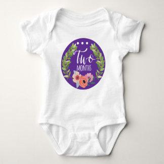ボディスーツ2か月の女の赤ちゃん月の ベビーボディスーツ