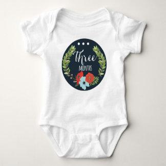ボディスーツ3か月の女の赤ちゃん月の ベビーボディスーツ