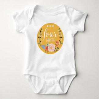 ボディスーツ4か月の女の赤ちゃん月の ベビーボディスーツ