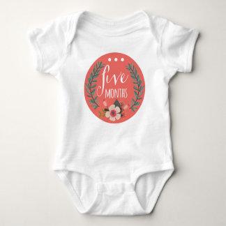 ボディスーツ5か月の女の赤ちゃん月の ベビーボディスーツ
