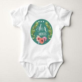 ボディスーツ6か月の女の赤ちゃん月の ベビーボディスーツ