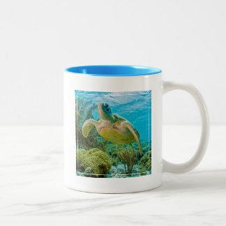 ボネールの浅い礁のアオウミガメ ツートーンマグカップ