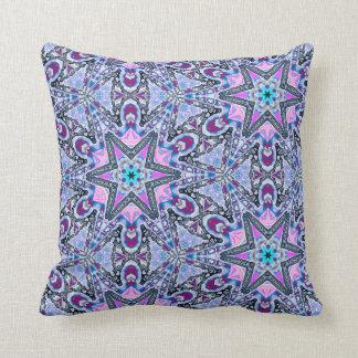ボヘミア人は紫色の万華鏡のように千変万化するパターンの装飾用クッションを主演します クッション