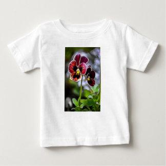 ボルドーのパンジーの花のデュオ ベビーTシャツ