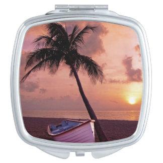 ボートおよびヤシの木の日没のコンパクトの鏡