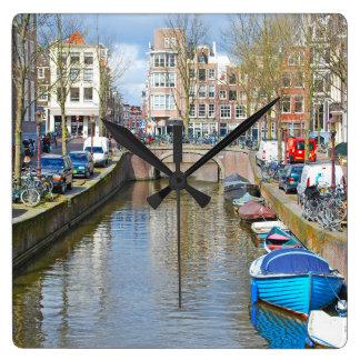 ボートが付いているアムステルダム運河 スクエア壁時計