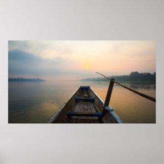 ボートが付いている湖を離れた朝 ポスター