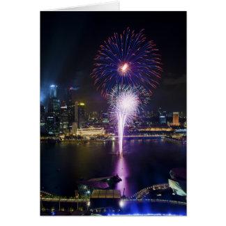 ボートのクウェイシンガポール都市スカイラインの花火ショー カード