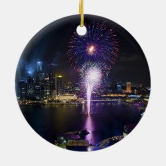 ボートのクウェイシンガポール都市スカイラインの花火ショー セラミックオーナメント