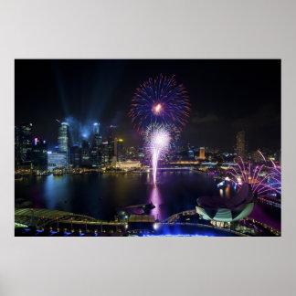 ボートのクウェイシンガポール都市スカイラインの花火ショー ポスター