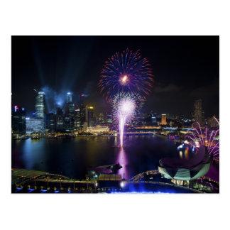 ボートのクウェイシンガポール都市スカイラインの花火ショー ポストカード