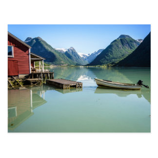 ボートハウスおよび山とのフィヨルドの景色 ポストカード