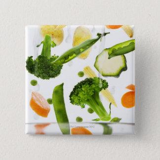ボールに落ちる水を持つ新鮮な野菜 5.1CM 正方形バッジ