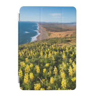ポイントのポイントレイエスのビーチの上の黄色Lupine iPad Miniカバー
