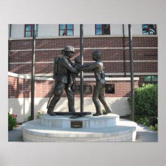 ポスター: Paso Roblesの警察Deptの記念の彫像 ポスター