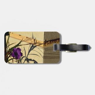 ポストの紫色のメキシコペチュニアの花の影 ラゲッジタグ