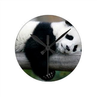 ポストを抱き締めているパンダ ラウンド壁時計