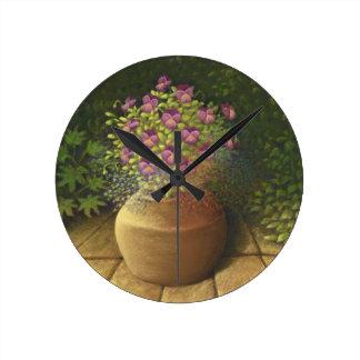 ポットの柱時計の太陽に照らされたパンジー及びロベリア ラウンド壁時計