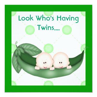 ポッドのベビーの双生児のシャワーの招待状Gの2個のエンドウ豆 カード