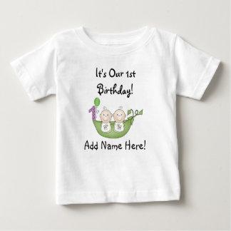 ポッドの最初誕生日のTシャツの双生児のエンドウ豆 ベビーTシャツ