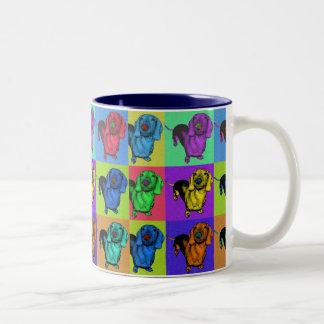ポップアートのDachsund Doxieは多色刷りのPopartにパネルをはめます ツートーンマグカップ