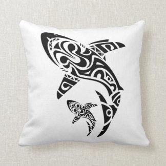 ポリネシアの鮫の入れ墨のデザインのクッション クッション