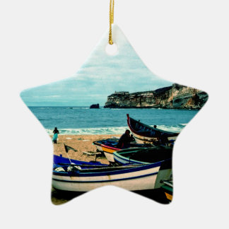 ポルトガルの海岸IV -ビーチのカラフルなボート セラミックオーナメント