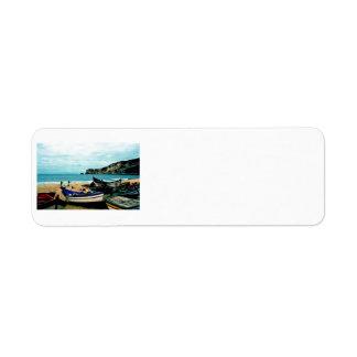 ポルトガルの海岸IV -ビーチのカラフルなボート ラベル