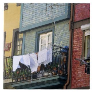 ポルトガル、オポルト(ポルト)。 女性のぶら下がったな洗濯 タイル