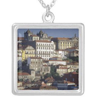 ポルトガル、オポルト(ポルト)。 歴史的な家 シルバープレートネックレス