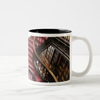 ポルトガル、オポルト(ポルト)。 歴史的の階段 ツートーンマグカップ