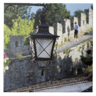 ポルトガル、Obidos。 鉄の街灯および第14 タイル