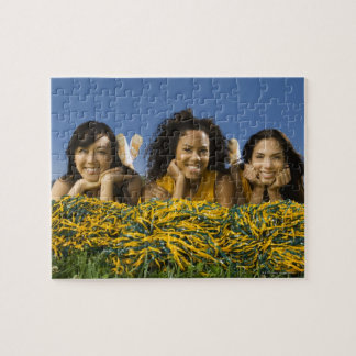 ポンポンを持つ草にあっているメスのチアリーダー ジグソーパズル