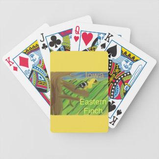 ポーカーカードを遊んでいるアイオワの州鳥の東のフィンチ バイスクルトランプ